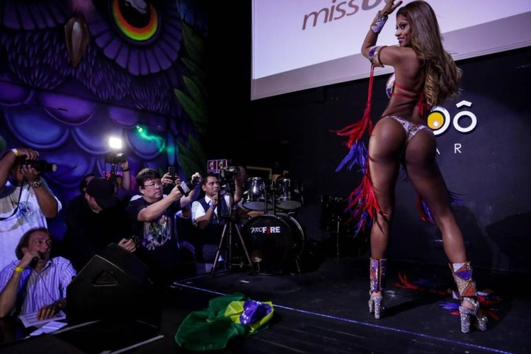 Бразилската Мис Дупе опипана веднага след короноването ѝ (видео 18+)
