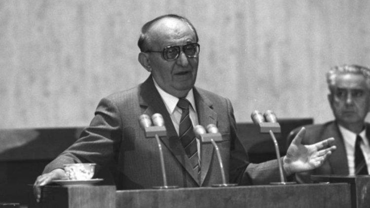 """28 години от """"дворцовия преврат"""" в БКП"""
