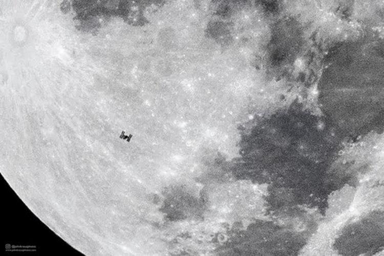 Снимка на МКС, прелитаща на фона на Луната със скорост 28000 км/ч
