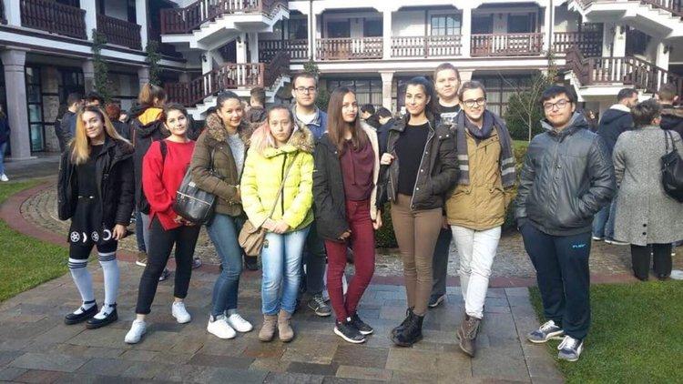 """Ученици от """"Златаров"""" се завърнаха с награди от състезание по английски език"""