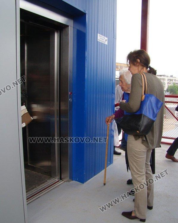 """Деца заседнаха в асансьора на пасарелката до """"Лидл"""""""