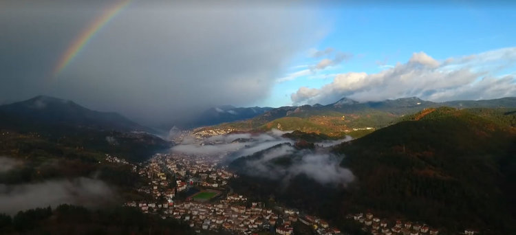 Oт българин за българи: Вижте дъгата над Родопите и Смолян от облаците (видео)
