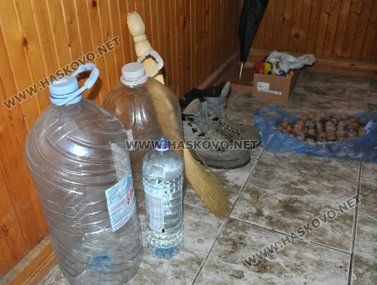 Бездомник посреща втора зима в запустял склад без ток и вода