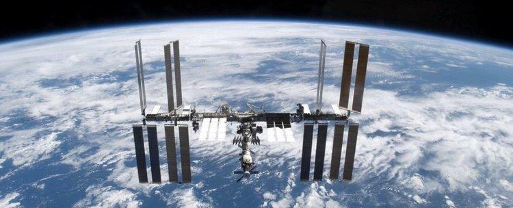Откриха живи бактерии по външната страна на МКС