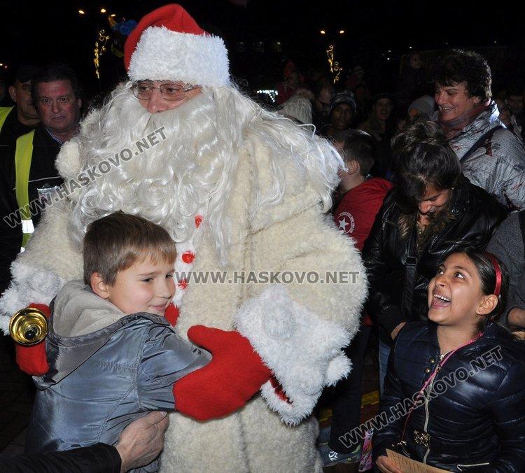 Димитровград посрещна Дядо Коледа с огнено шоу и заря