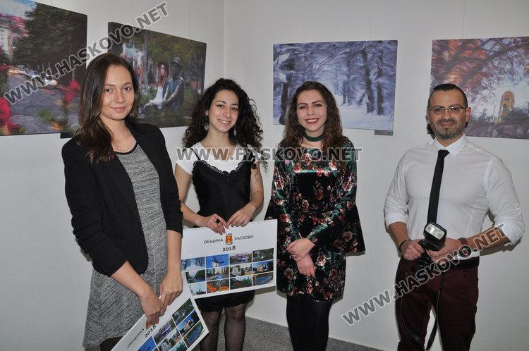на снимката/отляво на дясно/ Гергина, Габриела, Селин и Славян Костов с новия календар на Хасково за 2018 г.