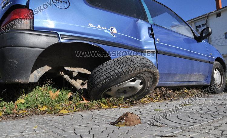 Поло се натресе в паркирано Пежо на Банска