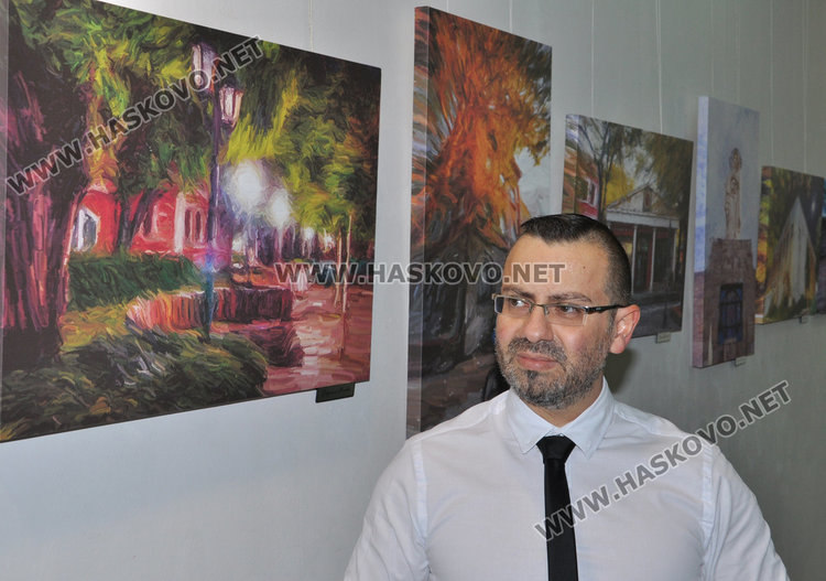 Славян Костов гордо позира пред фотографиите на ученичките си, които са избрани да украсят новия календар на община Хасково