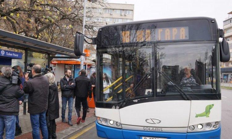 Автобус на градския транспорт се вряза в сграда в Пловдив