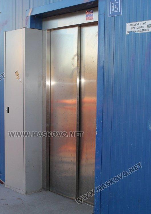 Проблем има и с двата асансьора, които също не работят