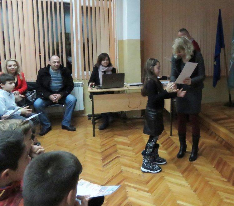 Част от стипендиите връчи директорът на училището Дорина Желязкова