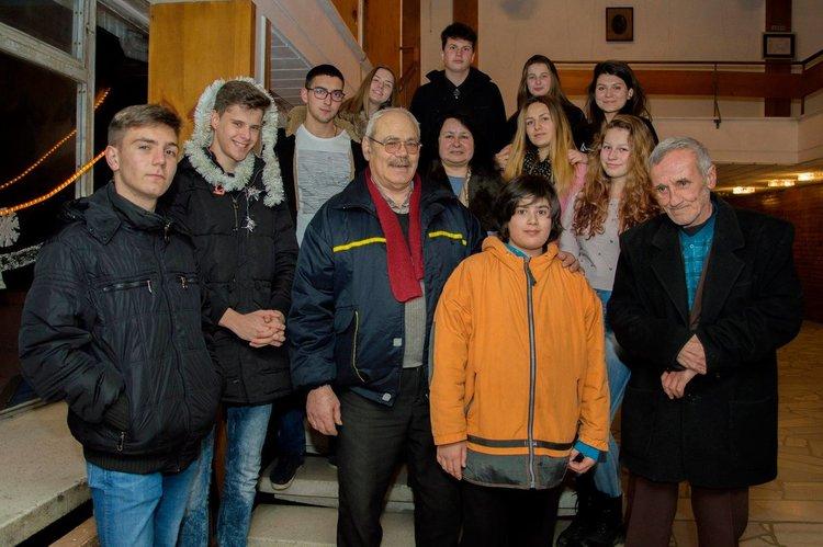 """Като """"наследници"""" на Първия театър в Средните Родопи, млади таланти получиха грамоти"""