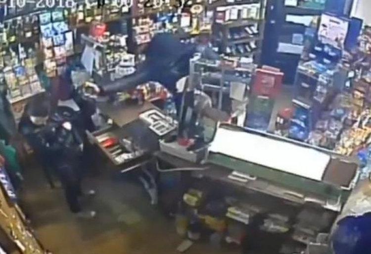 Маскиран влезе в нонстоп в Перник, насочи оръжие в лицето на продавачката