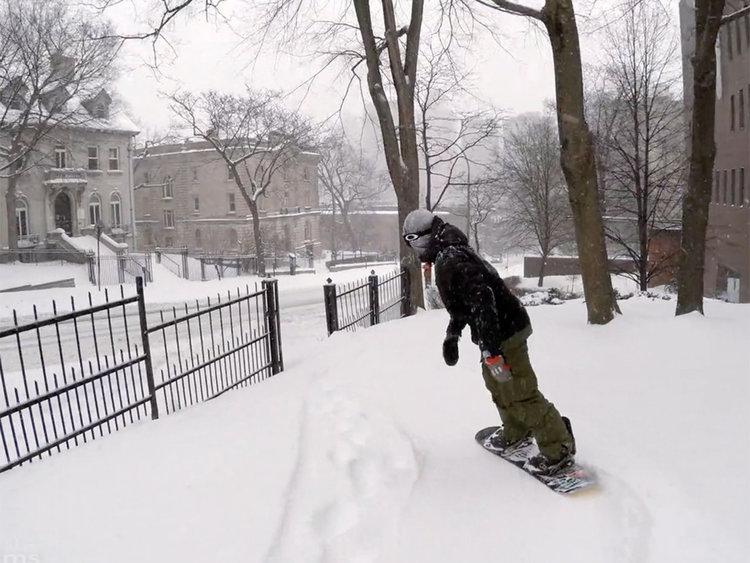 Със сноуборд в града (видео)