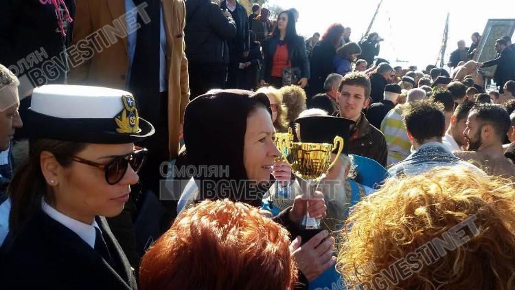 Юлия е щастлива да се поздрави с купата, която получава всеки, успял да извади Богоявленското разпятие от големия залив