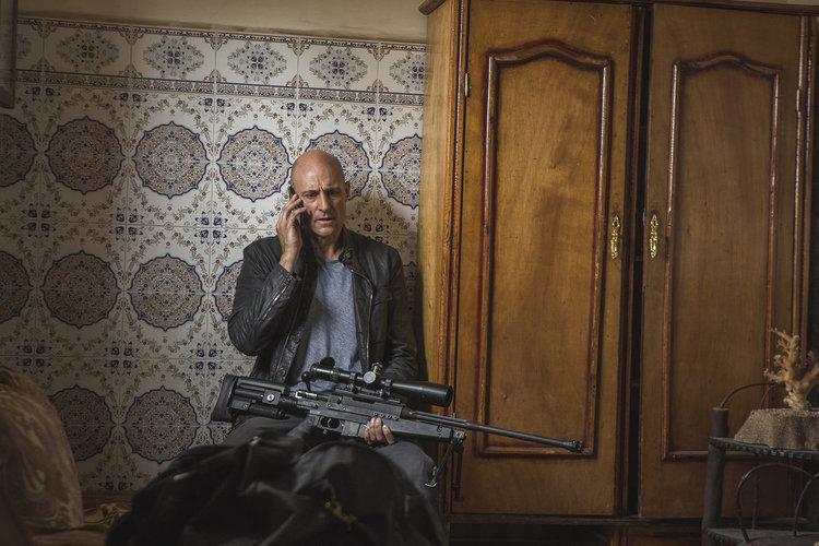Марк Стронг в ролята на Макс Ийстън в предстоящия шпионски сериал на FOX ДЪЛБОКАТА ДЪРЖАВА (DEEP STATE). Copy Right: Fox Networks Group