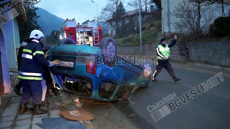 Кола се обърна на таван заради висока скорост и пясък по асфалта