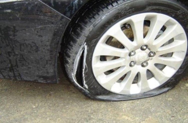 Потрошиха джипа на мъж от Смилян, друго возило с накълцани гуми