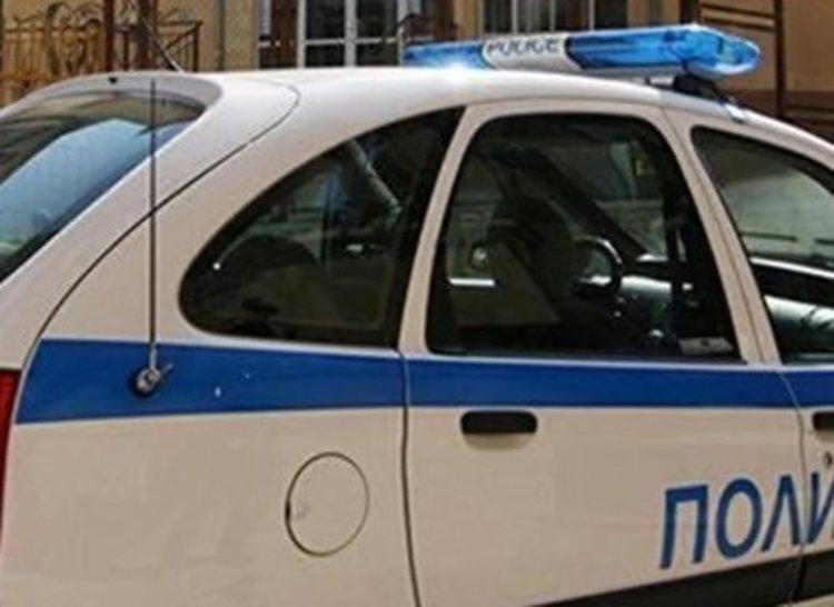 Разбиха стъкло на автомобил, откраднати са пари и документи