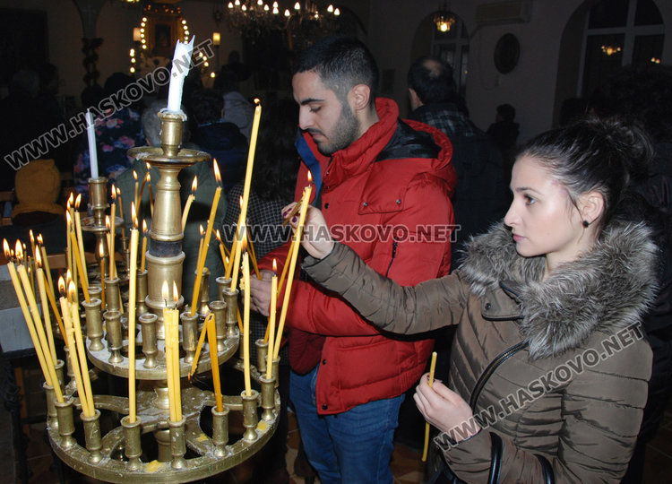 Рафи с осветен нар за здраве от арменската църква в Хасково