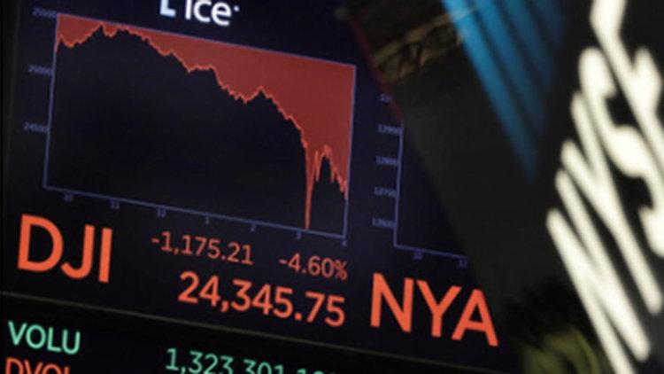 Цената на петрола пада, доларът расте