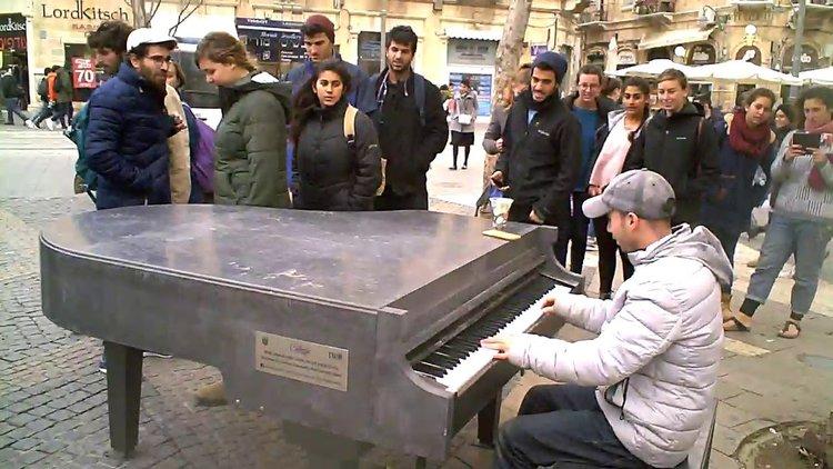Когато виртуоз срещне роял на улицата (видео)