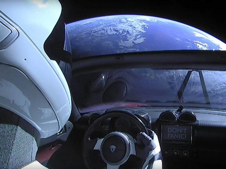 От другата страна: Изстрелването на Falcon Heavy е конспирация, а Земята още е плоска