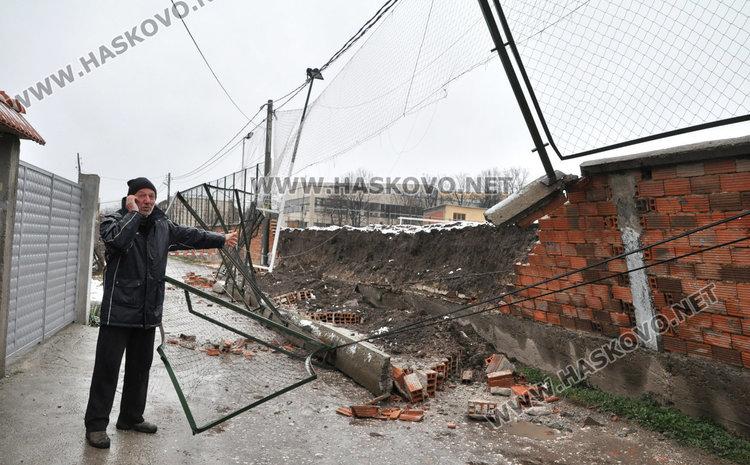 Рухна оградата на Царската гимназия край къща, затвориха улица