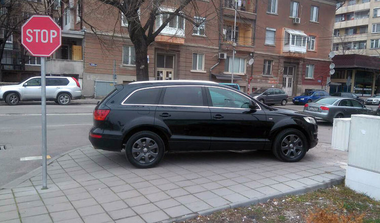 Хасковлия: джип паркира на тротоара до празен паркинг