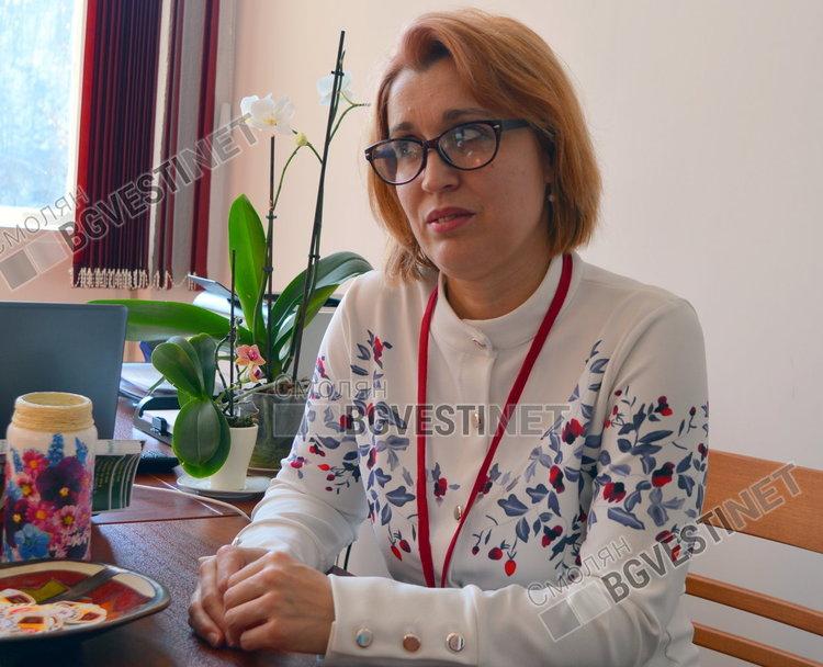 Административният директор Емине Балева лично разговаря с всеки желаещ да получи помощ