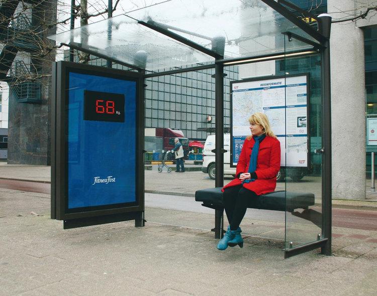 Автобусна спирка показва килограмите