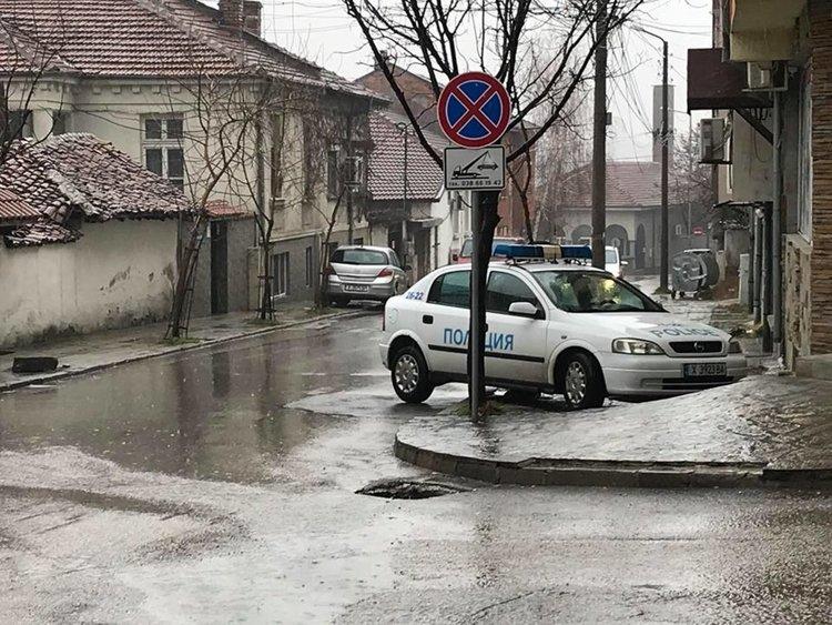 Полицията проверява в нарушение ли е паркирана патрулка в Хасково
