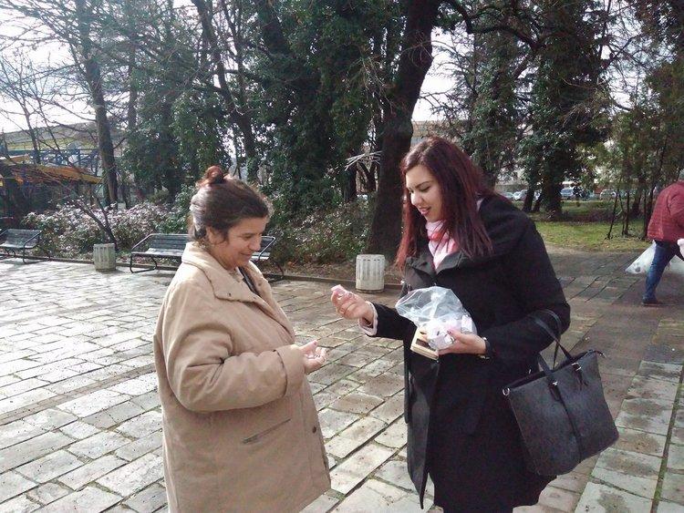 Младежи от ГЕРБ раздават в Кърджали ключодържатели-валентинки, могат да отключват любими сърца