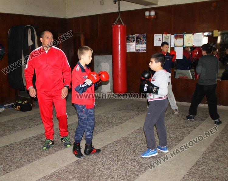 """Шампион по бокс проведе открита тренировка с възпитаниците на БК """"Спартак"""""""