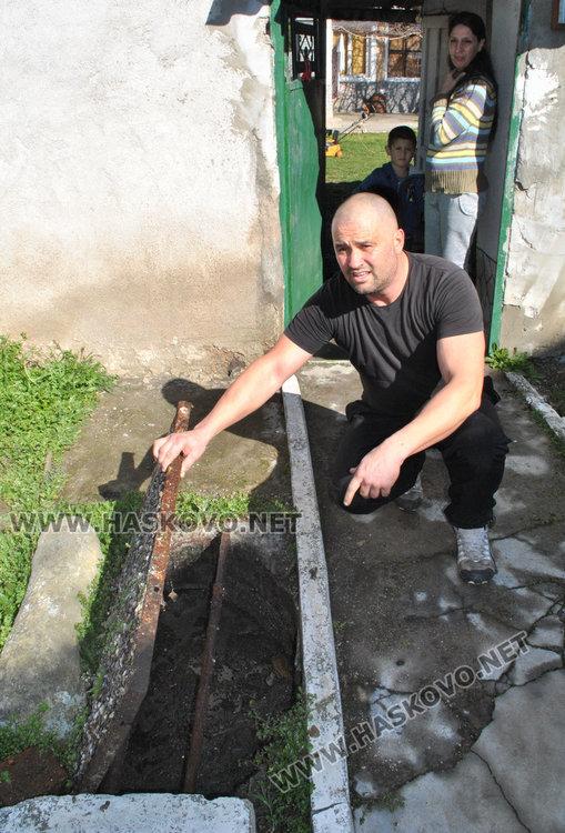 Николай Апостолов показва 15-метровата яма пред къщата му