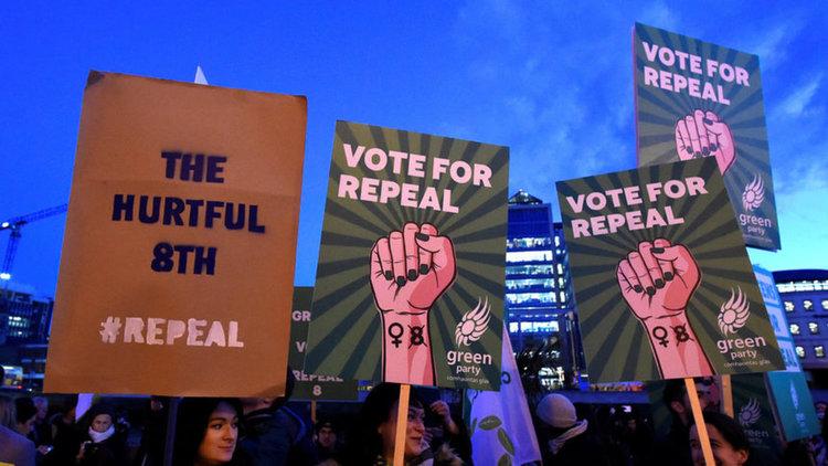 Хиляди ирландци протестираха срещу смекчаването на забраната за аборт