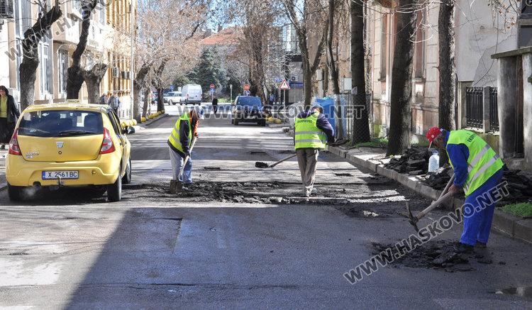 Кърпят дупките по хасковските улици, зейнали през зимата