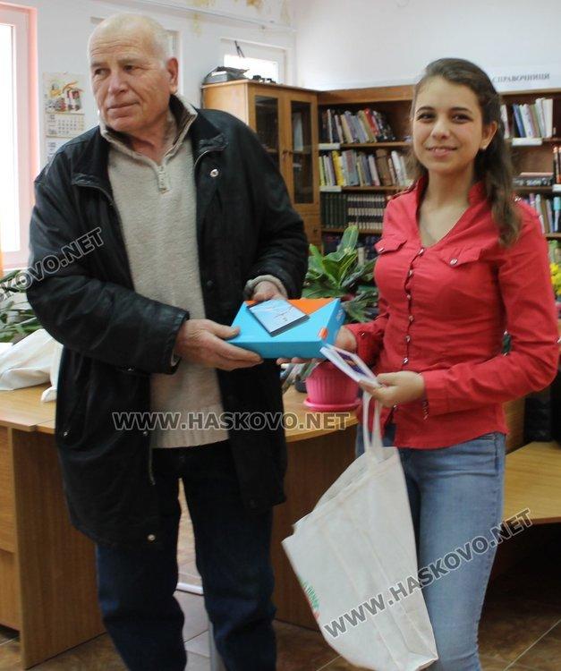 """Деветокласничка от ПМГ """"Иван Вазов"""" с най-добри идеи за библиотека на бъдещето"""