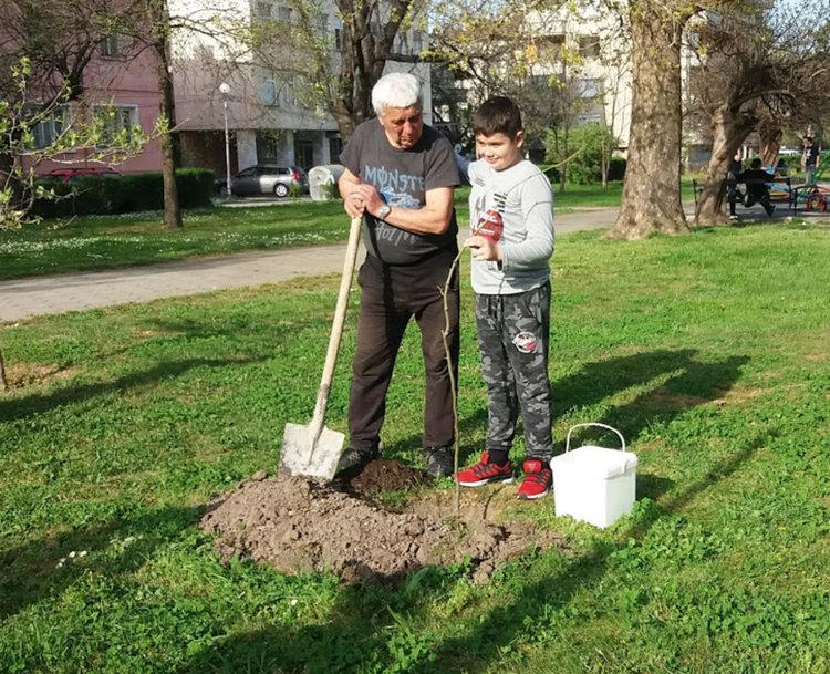 Сашо с дядо си