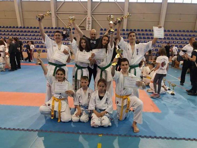 """""""Мълния"""" с 6 медала от националното по шинкиокушинкай"""