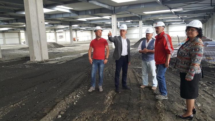 Инж.Хасан Азис се информира за хода на строителството на новия високотехнологичен завод
