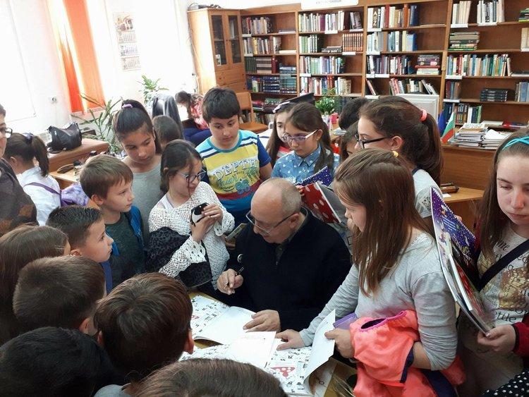 На финала учениците се струпаха около Виктор Самуилов за автографи