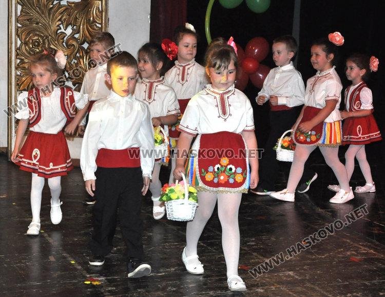 """Деца от """"Зорница"""" показаха традициите от вековната история на България"""