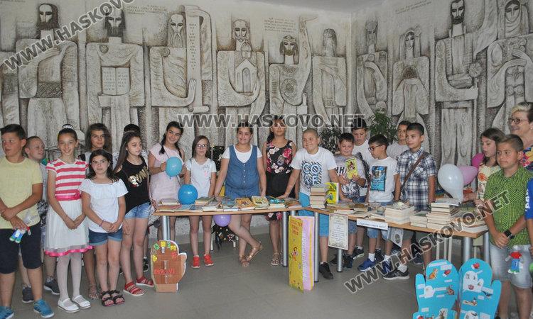 "Над 100 тома дариха децата на библиотеката в ""Шандор Петьофи"""