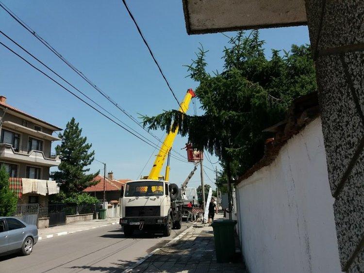 """Заради пукната гума, сменят стълб на """"Хаджи Димитър"""""""