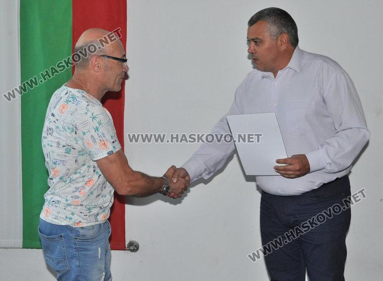 Шефът на полицията в Димитровград Ангел Дулев връчва благодарствената грамота на Илия Захариев