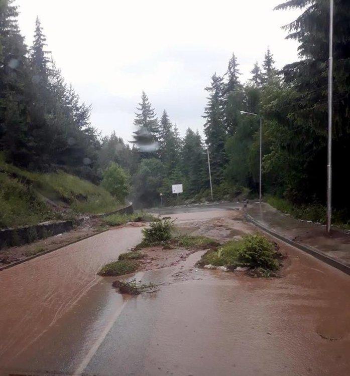 Смолян-Пампорово, снимките в материала са от социалната мрежа, качени от пътуващи по засегнатите пътища