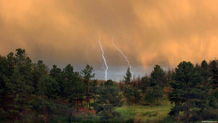 Предупреждение за порои и геомагнитни бури през седмицата