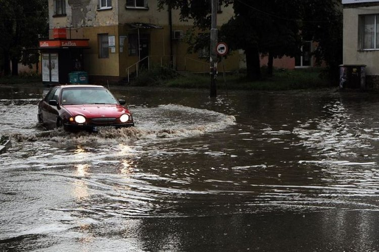 Огромно количество дъжд се изля в Перник, потопът блокира движението