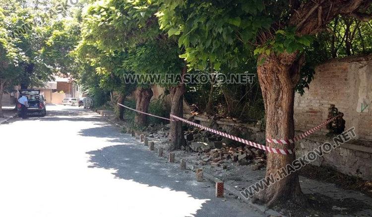 """""""Екопрогрес"""" чисти рухналата стена на казармата зад ДНА"""